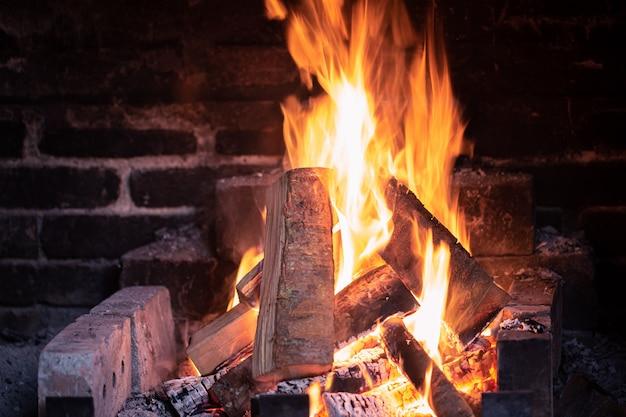 Close-up fogo na lareira. o conceito de relaxamento e conforto.