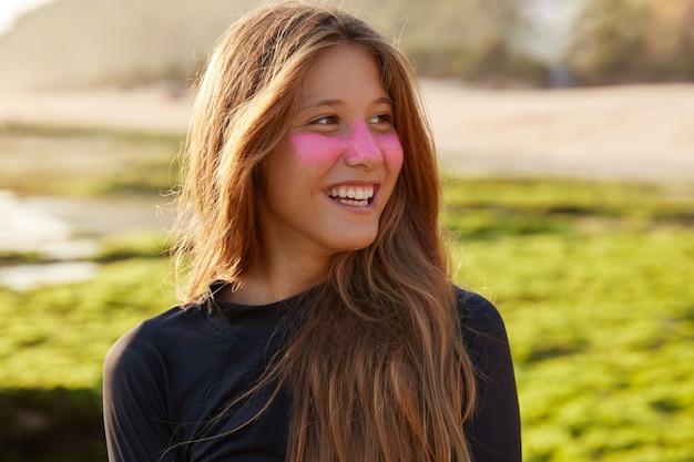 Close-up foto de alegre mulher branca gosta de surfar