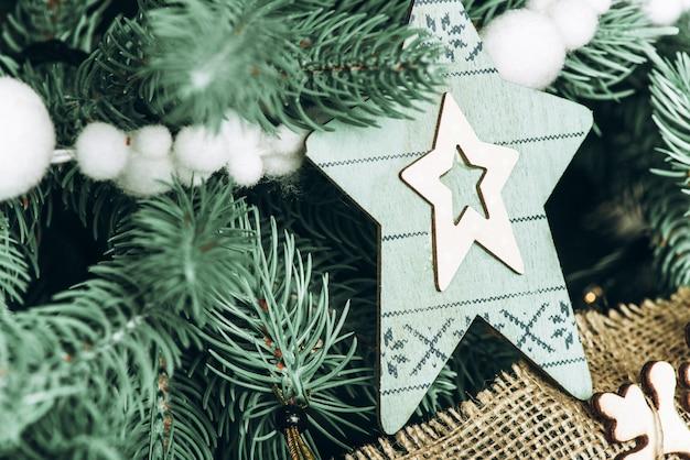 Close-up foto de decorações em uma árvore de natal no ano novo interior