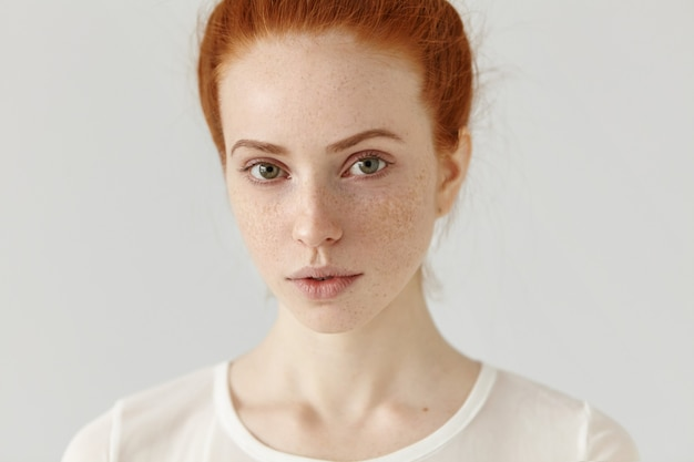 Close-up, foto de estúdio da bela e charmosa modelo europeia ruiva com pele saudável