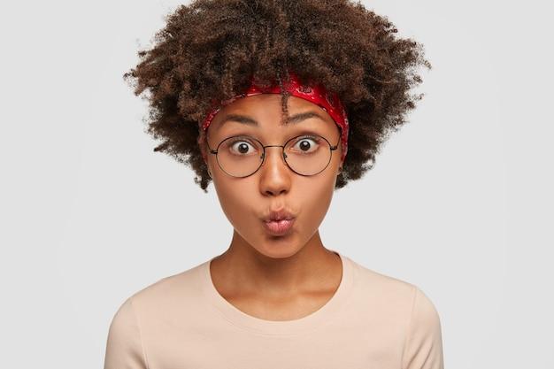 Close-up foto de uma jovem mulher muito parda com cabelo escuro e cacheado