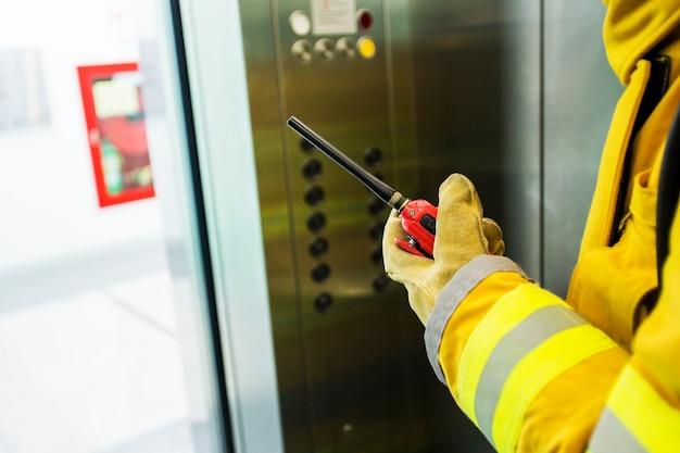Close-up gard de segurança de mão com um walkie-talkie para comunicação