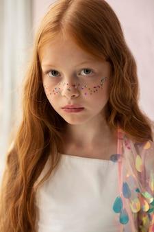 Close-up garota posando com glitter