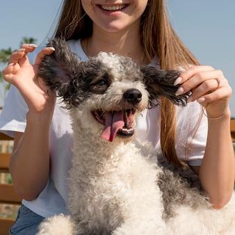 Close-up garota segurando anos de cachorro