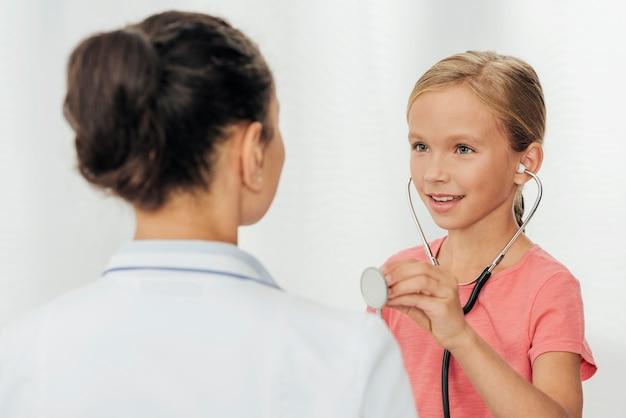 Close-up garota segurando estetoscópio