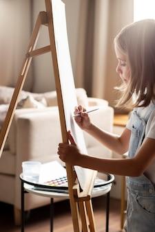 Close-up garota sendo artista