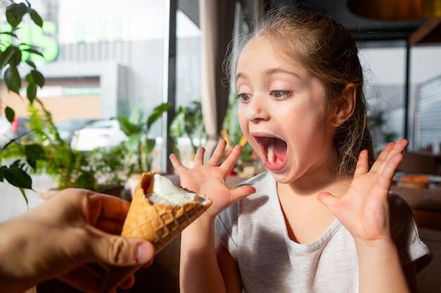 Close-up garota surpresa com sorvete