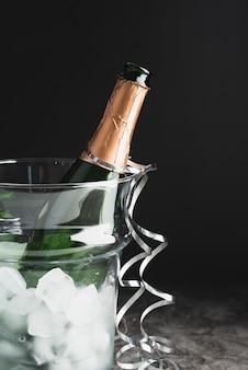 Close-up garrafa de champanhe com gelo
