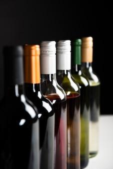 Close-up garrafas de vinho em uma fileira