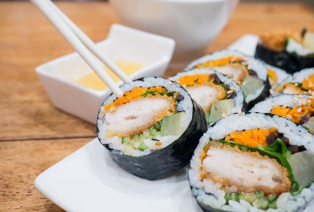 Close up gimbap (kimbap) prato coreano é um popular take-out comida na coréia do sul e no exterior