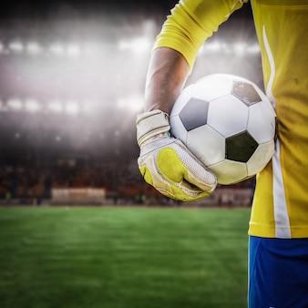 Close-up goleiro segurando uma bola de futebol
