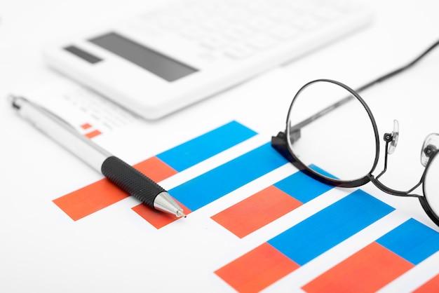 Close-up gráficos de negócios com caneta