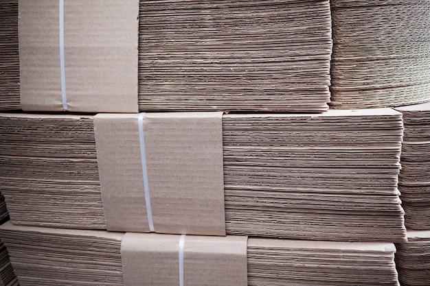 Close-up grandes pilhas de papelão estão por cima