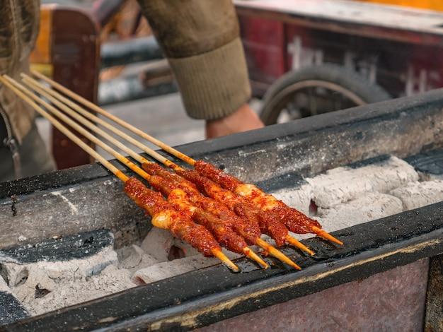 Close up grill lamb comida de rua na cidade antiga de fenghuang. a cidade antiga de phoenix ou condado de fenghuang é um condado da província de hunan, na china