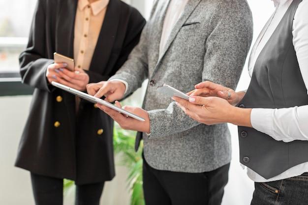 Close-up grupo de pessoas trabalhando juntas