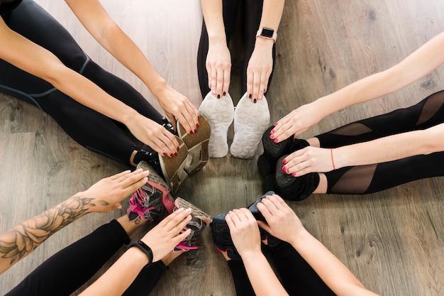 Close-up, grupo mulheres, esticar junto