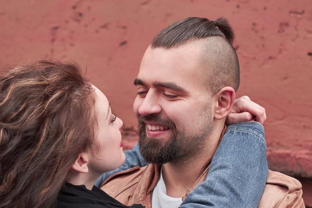 Close up.happy amando o casal olhando um para o outro. o conceito de relacionamento