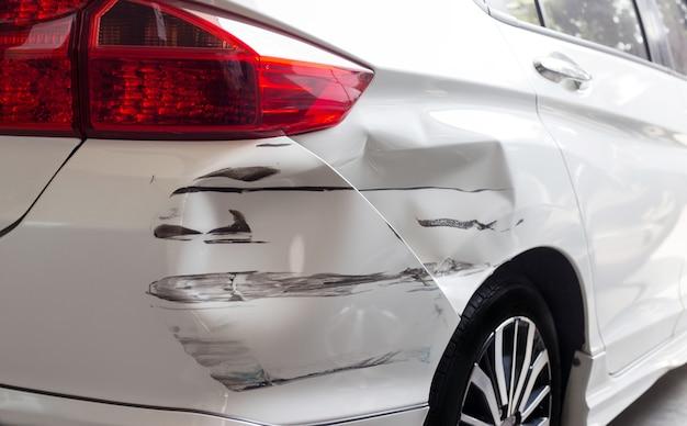 Close up hit and run crashed auto auto seguros