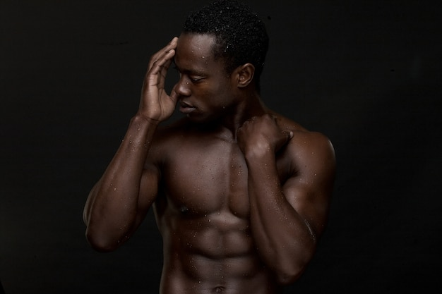 Close-up homem afro-americano com a mão para enfrentar