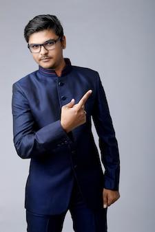 Close-up homem bonito e bem sucedido, usando óculos e um terno caro