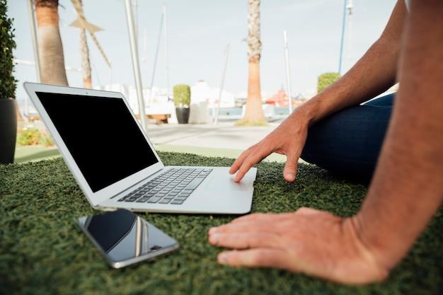 Close-up, homem, com, dispositivos portáteis