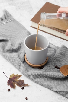 Close-up homem derramando café em uma caneca