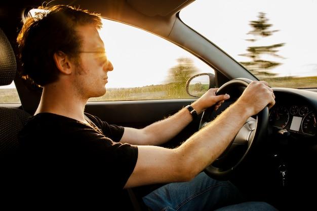 Close-up homem dirigindo carro na estrada