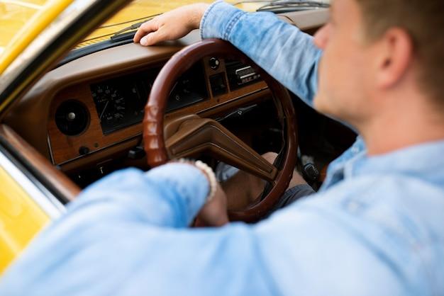 Close-up homem dirigindo carro