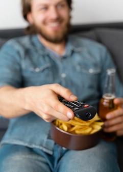 Close-up homem embaçado assistindo tv