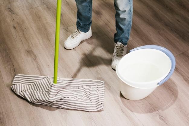 Close-up homem esfregando o chão