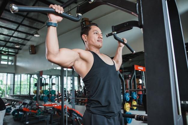 Close-up homem exercitar e fazer pull ups