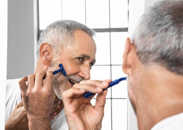 Close-up homem fazendo a barba