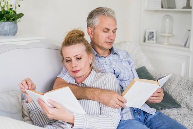 Close-up homem idoso e mulher lendo juntos