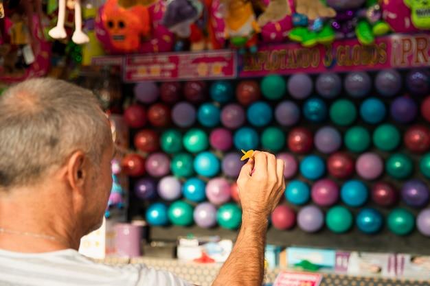 Close-up homem jogando dardos