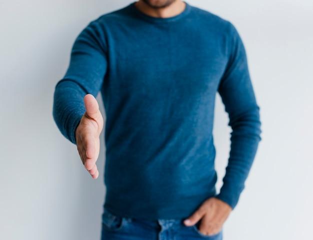 Close-up homem querendo apertar as mãos