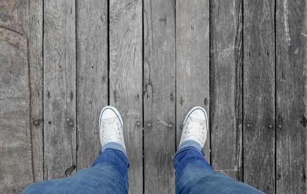Close-up homem sapatos com jeans andando