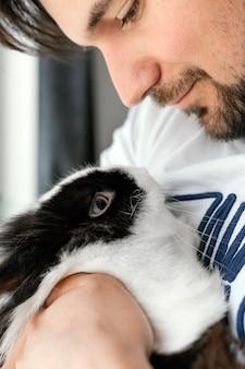 Close-up homem segurando coelho