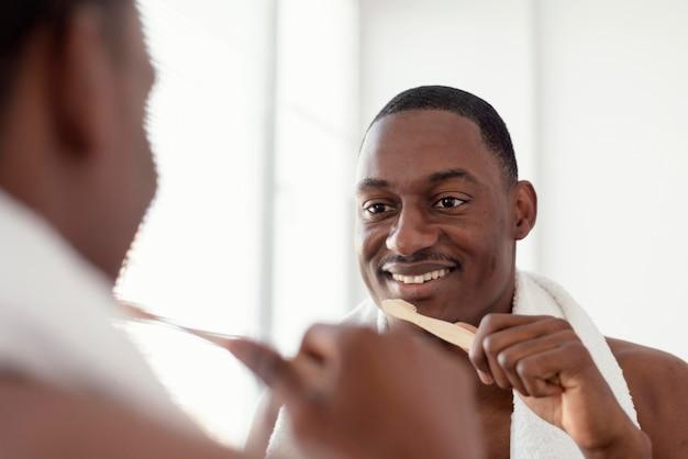 Close-up homem segurando escova