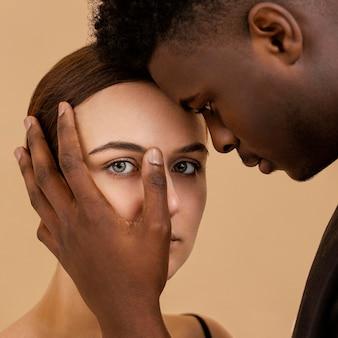Close-up homem segurando mulher