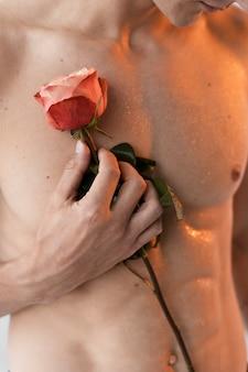 Close-up homem segurando rosa