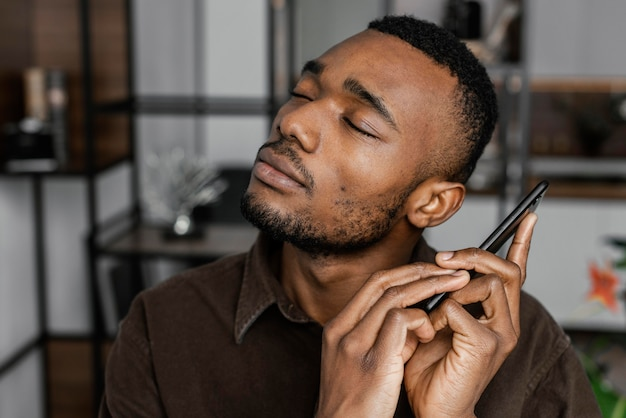 Close-up homem segurando smartphone