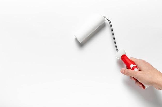 Close-up homem segurando uma escova de rolo