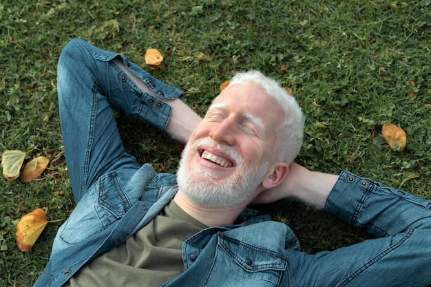 Close-up homem sênior deitado na grama