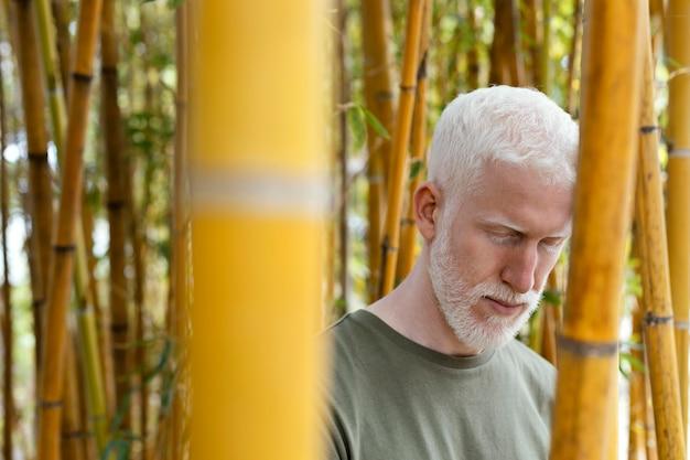 Close-up homem sênior posando com bambu