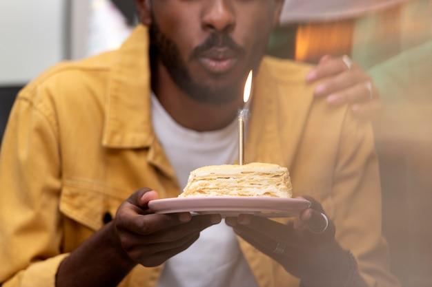 Close-up homem soprando vela