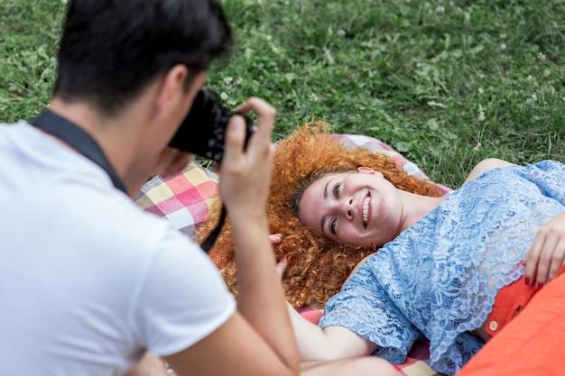Close-up homem tirando uma foto de uma mulher