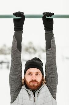 Close-up homem treinando com barras