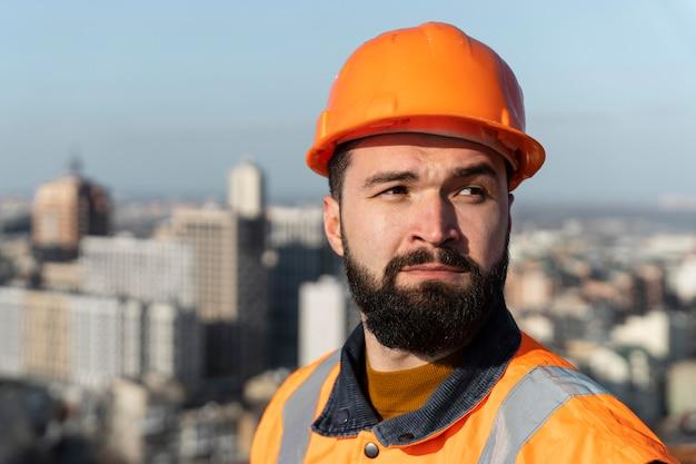 Close-up homem usando capacete de proteção