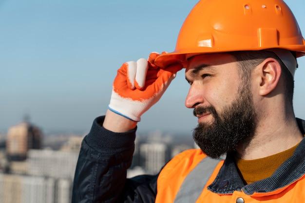 Close-up homem usando capacete para proteção