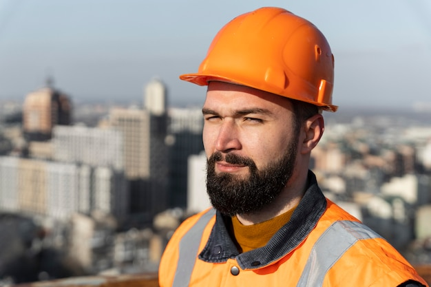 Close-up homem usando capacete